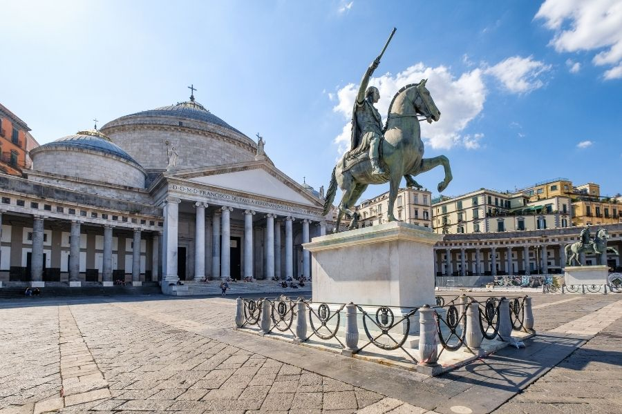 Le statue a Piazza del Plebiscito