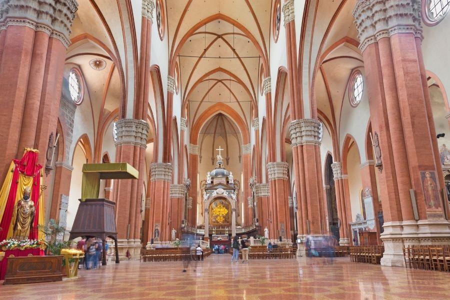 Le navate della basilica